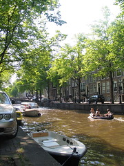 Chilling along the canals ([Pierrot]) Tags: amsterdam boat canal mokum
