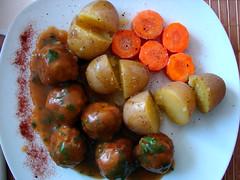 albóndigas de cerdo en salsa con papas cocidas
