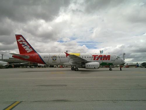 Outro Airbus da TAM pintado como bola de futebol.