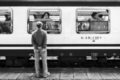 Torna presto (carlo tardani) Tags: blackandwhite bw treno bianconero padova veneto saluto blackandwhitephotos viaggiatori nikond3 stazionedipadova mygearandme vision:text=0705 vision:outdoor=0798 infinitexposure