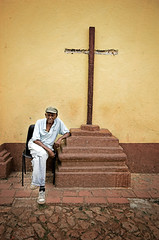 O Velho Homem e A Cruz [The Old Man and The Cross] (Jim Skea) Tags: man deleteme6 broken cross savedbythedeletemegroup cuba nikond50 saveme10 cruz trinidad homem velho sanctispiritus cubano quebrado jimsk dcmt28 cmbroken