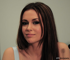 the lovely alyssa milano (Joits) Tags: portrait celebrity losangeles actors famous convention actress actor charmed pathology comicbookconvention wizardworld alyssamilano whostheboss wwla wizardworldlosangeles2008 wizardworldlosangeles wwla08 wizardworld2008