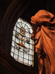 Statue dans une église (Des Goûts et des Couleurs) Tags: france paris saintsulpice eglise religion art sculpture statue orange ombre contraste dgdc charlottedumas blog desgoutsetdescouleurs vitrail fenêtre lumière clairobscur vitraux