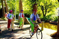 Sense vergonya / Embarrassment, what's that? (SBA73) Tags: holland tree netherlands bike arbol vacances canal fiesta nederland bicicleta holanda clowns festa arbre holydays 2007 lowcountries paisesbajos payasos pallassos colorus pasosbaixos colourartaward
