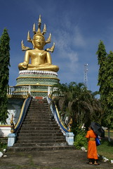 Laos: Don Khong (patrikmloeff) Tags: world travel holiday stairs reisen holidays asia asien earth buddha sony monk buddhism treppe traveling laos monde ferien blauerhimmel lao kloster reise monastry welt erde mnch palmen regenschirm donkhong buddhastatue buddhismus moine sonnenschirm lotusblte siphandon fourthousandislands sittingbuddha sony100 goldenerbuddha phouangkeo viertausendinseln sitzenderbuddha