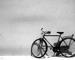 attesa (thebas[o]) Tags: bw muro bicicletta caorle