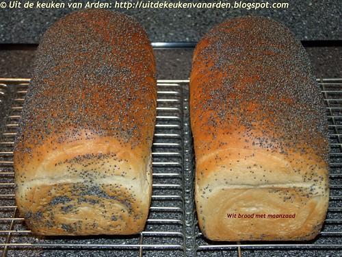 Wit brood met maanzaad