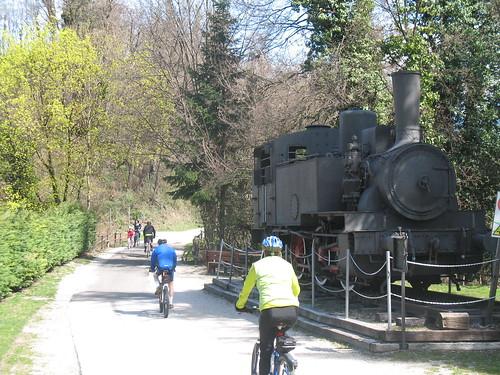 Der Fahrradweg war früher der Bahnsteig für die Eisenbahnverbindung zwischen Kaltern, Eppan und Bozen; dies alte Dampflokomotive erinnert daran