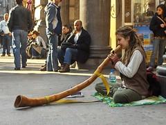 Suonatrice di corno (seil6fosse9) Tags: street milan strada milano streetlife suonatrice diggerydoos