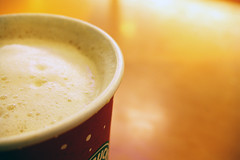 frou frou:shh (visualpanic) Tags: barcelona coffee cafe focus warm dof bcn starbucks cappuccino feelings 2007 sentiments desembre escuma