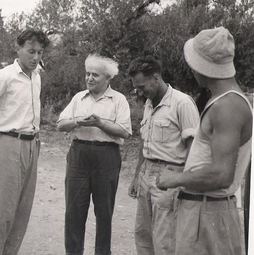 David Ben Gurion (Israels erster Premierminister) besucht Kibbutz Matzuva.