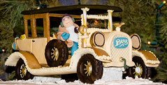BX824 Gingerbread House (listentoreason) Tags: christmas food usa holiday america canon dessert unitedstates pennsylvania places event gingerbreadhouse peddlersvillage ef28135mmf3556isusm score25
