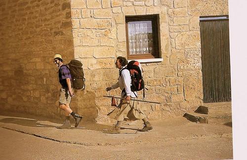 Pergrinos pasando por Rabé de las calzadas (Burgos)
