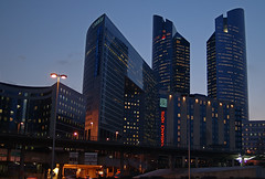 France - Paris/La Dfense (Thierry B) Tags: city architecture night photography town photo frankreich europa europe ledefrance exterior nacht outdoor dr  frana bynight capitale fr francia extrieur iledefrance nocturne ville idf westerneurope frankrig ladfense  urbain      europen  photographies     75000 hautsdeseine   europedelouest   noctambule  photodenuit    php    westeurope photosnocturnes  thierrybeauvir  beauvir wwwbeauvircom droitsrservs