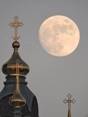 Faithful moon rising #123 (KaarinaT) Tags: moon fullmoon moonbeforedark uspenskicathedral helsinki finland cross orthodoxchurch whitemoon hugemoon