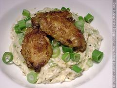 "Gebratene Hühnerflügerl mit Frühlingszwiebel-Camembert ""Risotto"""