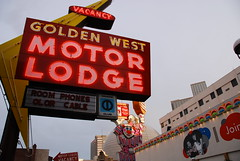 Golden West Murder Lodge (Curtis Gregory Perry) Tags: light usa signs luz sign america licht us neon bright lumire united nevada aviso schild signage states letrero luce muestra bord signe sinal enseigne  zeichen   non kyltti segno nen wegweiser    silverstate    teken indicacin  liikennemerkki uithangbord     criteau