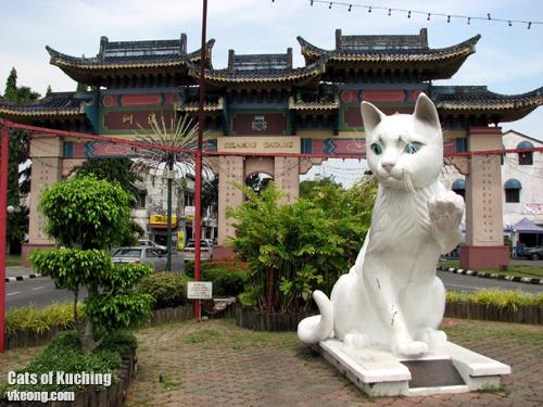jalan-padungan-cat-statue