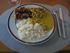 Hähnchenspieße mit Curry-Kokos-Soße und Basmati-Reis
