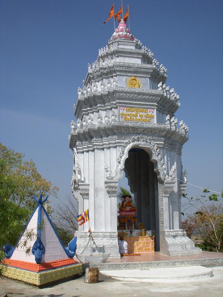 templo sagrado con nana rezando