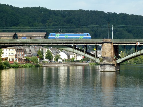 Güterzug gezogen von einer Lokomotive der NIAG, überquert die Mosel bei Güls richtung Koblenz