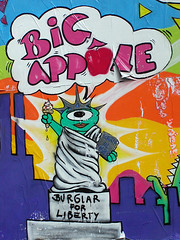 Big apple,Paris (ideacat) Tags: 2005 street city travel urban sun streetart paris france color colour wall liberty happy libertad graffiti paint estatua bigapple carrer paret burglar ideacat