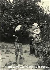 Acompañando a Margot Loyola cuando entrevista a la sra. Renée Luza sobre el Cachimbo