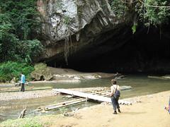 בכניסה למערת לוט, נכנסים עם רפסודה