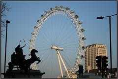 London eye (lotsati) Tags: greatbritain england sky sculpture trafficlights building london landscape edificio londoneye paisaje escultura lamppost cielo londres ferriswheel farolas paesaggio lampione noria scultura semáforos granbretaña inglatera
