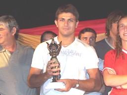Matías Bendazzi muestra el premio -Hernando Pujío 2007-