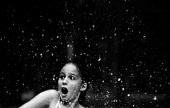 eramos felices, hasta que llegó el hombre de la bolsa (quino para los amigos) Tags: snow water pool face drops kid agua nieve victoria h2o niña swimmingpool gotas surprise afraid scared miedo vicky sorpresa venadotuerto hombredelabolsa