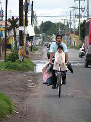 Somos 4 en la bici. (javier madrigal3) Tags: car truck coche bici motor camin vehculo jmadrigal