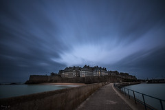 Saint-Malo (Tony N.) Tags: france bretagne illeetvilaine môle soir bluehour heure bleue saintmalo intramuros poselongue longexposure evening d300s sigma1020 vanguard nd64 tonyn tonynunkovics
