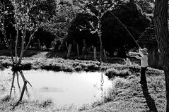 2.617 - Maestro (Ricardo Cosmo) Tags: boy bw sunlight lake water gua lago 50mm fishing nikon child pb criana maestro acqua menino pescando ricardocosmo