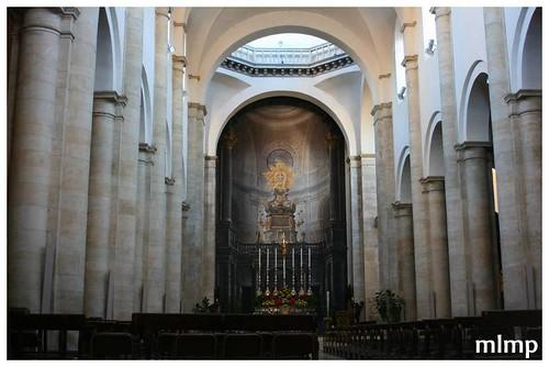 La nef aux massifs piliers