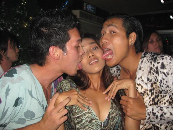 Vo chong Khac Tiep oi cho chung toi kiss chung nhe( hahahahahahaha)