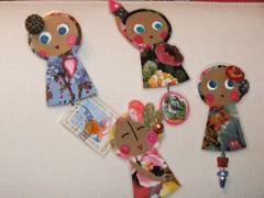 Ilustrações para pôr ao peito... (Susana Tavares) Tags: handmade papel ilustração acessórios pregadeiras botões susanatavares pintadoámão selosantigos