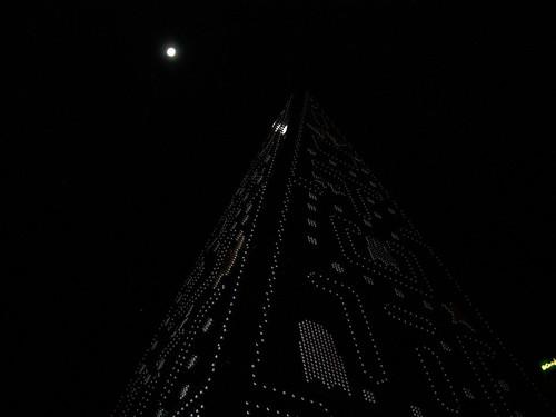 Ábol de Navidad de Pac Man iluminado por la luna