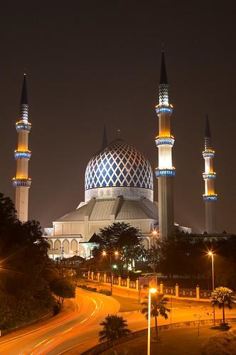 Vista nocturna de la Mezquita del Sultán Salahuddin Abdul Aziz Shah