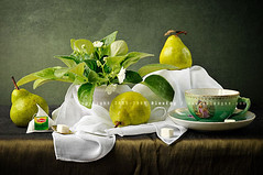 ... (AlexEdg) Tags: flowers stilllife art texture cup scarf pears tea naturallight stilleben spoon sugar canvas bodegn teacup 2008 1870mm saucer antiquarian lipton naturemorte naturamorta naturalezamuerta saintpaulia alexedg alledges nikond300 antiquariancup