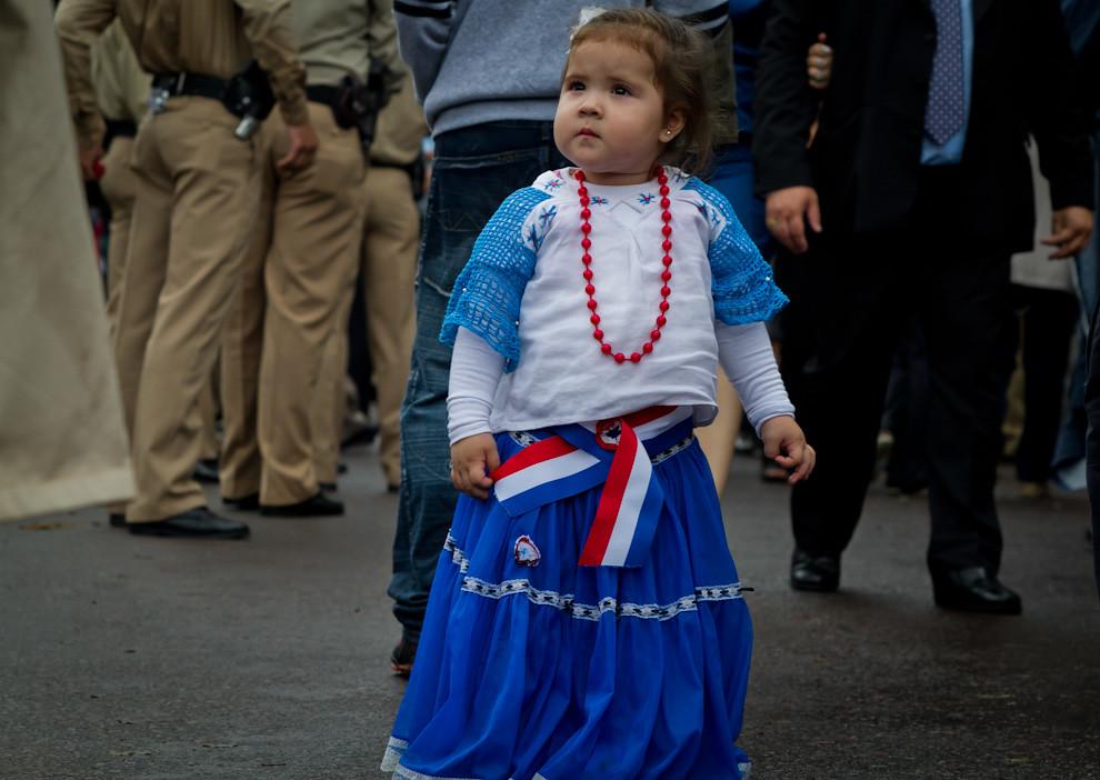El patriotismo se vio impregnado en las calles y edificios en el mes de la patria, así como en los rostros y vestimentas de la gente, que también  vestía a sus hijos con los colores patrios y el Aó Po'i.  (Tetsu Espósito - Asunción, Paraguay)