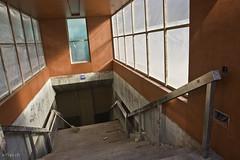 alter Abgang mit neuen roten Betonmauern