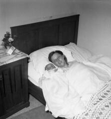 De 15.000ste inwoner van Boxtel (Brabant Bekijken) Tags: boxtel fotopersbureau fotopersbureauhetzuiden geschiedenis bhic brabantshistorischinformatiecentrum inwoner 15000 kind geboorte geboren familie