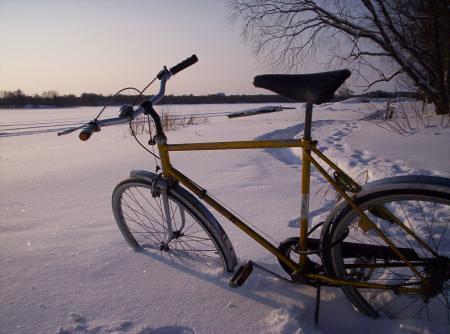 Mi bici enterrada en la nieve