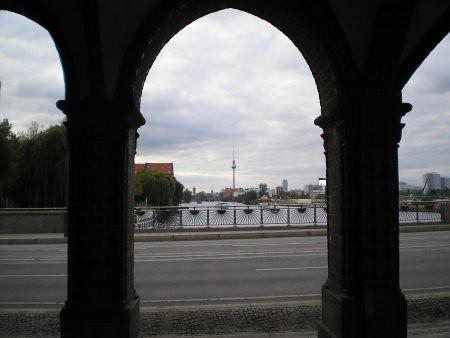 La torre de Alexanderplatz desde Warschauer