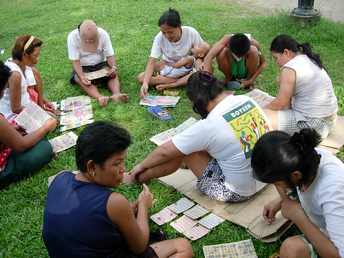 Bingo game get together in a park Pinoy Filipino Pilipino Buhay  people pictures photos life Philippinen  菲律宾  菲律賓  필리핀(공화국) Philippines