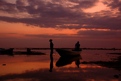 Jungutbatu (at Lembongan Island) (Tempo Dulu) Tags: sunset red sea bali reflection water silhouette indonesia nikon d70 dusk lembongan jungutbatu mywinners beautifulbali