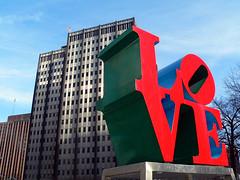 企業の建物の前にあるLOVEの文字