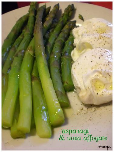 asparagi e uova affogate