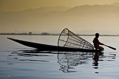 Morning on Inle lake - Myanmar (David Michel) Tags: canon boat eau burma leg lac bark rowing 5d inle 28 tamron 70200 rame pirogue jambe